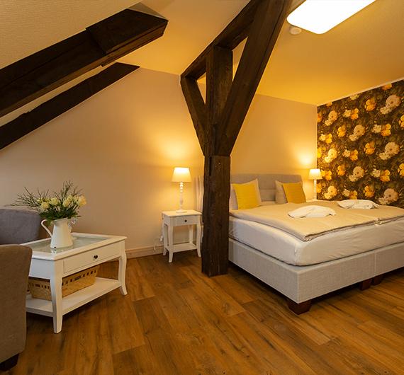 Schlafbereich mit Doppelbett und Couch