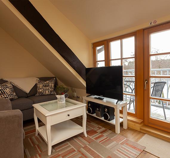 Wohnbereich mit TV und Balkon